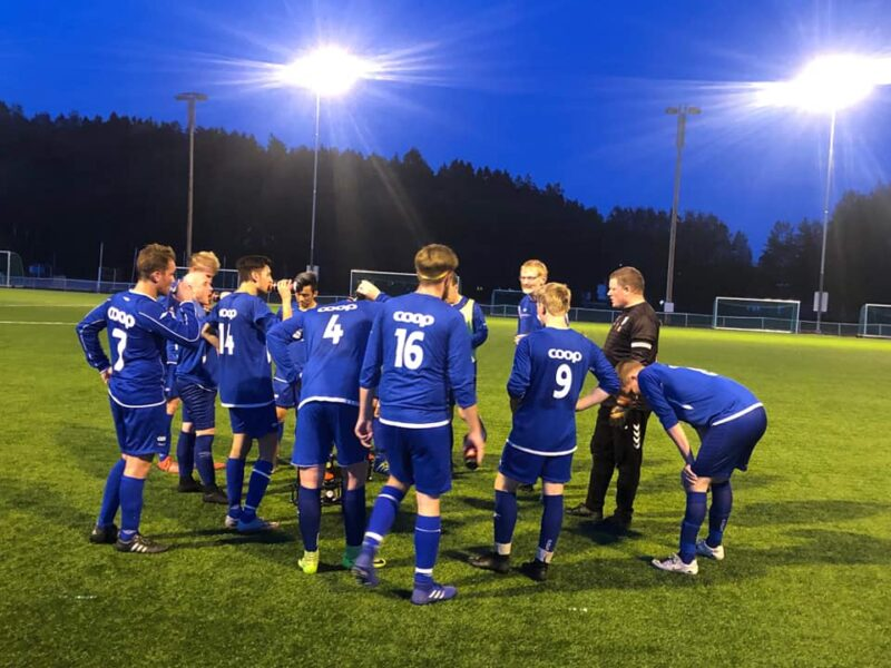 Spillere i blå Bøn FK-drakter